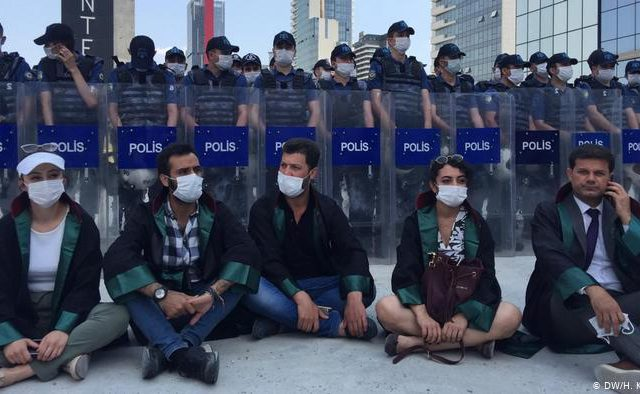 AKP's plans to control Turkey's Bar Associations bring police against lawyers