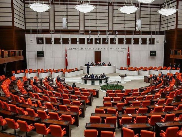 Opposition lashes out at AKP's omnibus bill prolonging State of Emergency